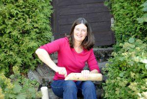 Die Seminarleiterin Susanne Thoss bei den Vorbereitungen